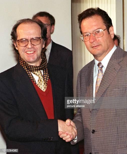 Bundesaußenminister Klaus Kinkel begrüßt am 2561998 den politischen Führer der KosovoAlbaner Ibrahim Rugova zu einem Gespräch in Bonn Mit seiner...