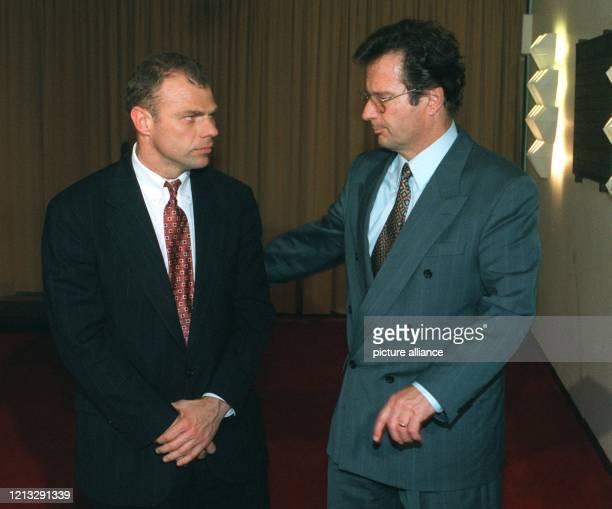 Bundesaußenminister Klaus Kinkel empfängt seinen neuen bosnischen Amtskollegen Muhamed Sacirbey zu einem Meinungsaustausch Im Mittelpunkt des...