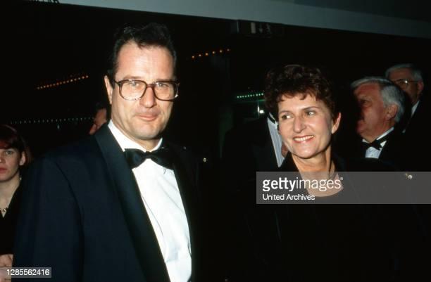 Bundesaußenminister Klaus Kinkel mit Ehefrau Ursula auf dem Ball des Sports 1993 in den Rhein-Main-Halln in Wiesbaden, Deutschland 1993.