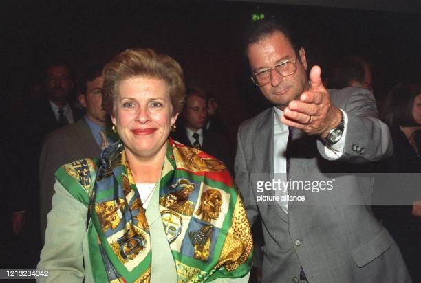 Bundesaussenminster Klaus Kinkel weist der französischen Kulturministerin Catherine Trautmann am 271998 bei der Eröffnung der deutschfranzösischen...