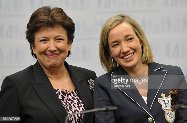 Bundesfamilienministerin Kristina Schröder und Ministerin für Solidarität und sozialen Zusammenhalt Roselyn Bachelot Narquin während einer...