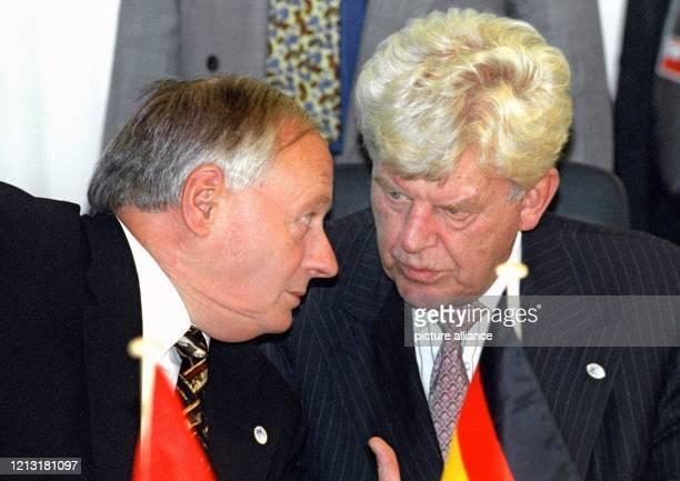 Bundesfinanzminister Oskar Lafontaine im Gespräch mit dem Präsidenten der Europäischen Zentralbank Wim Duisenberg am 1511999 beim Treffen...