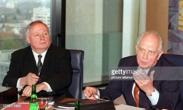 Bundesfinanzminister Oskar Lafontaine und Bundesbankpräsident Hans Tietmeyer zu Beginn der Sitzung des Zentralbankrates am 5111998 in Frankfurt/Main...