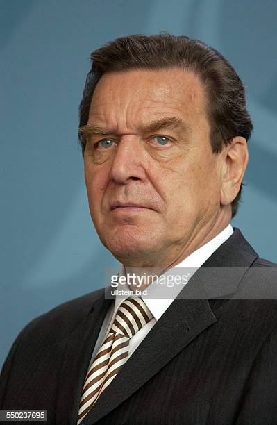 Bundeskanzler Gerhar Schröder während einer Pressekonferenz anlässlich des Besuches mazedonischen Ministerpräsidenten in Berlin