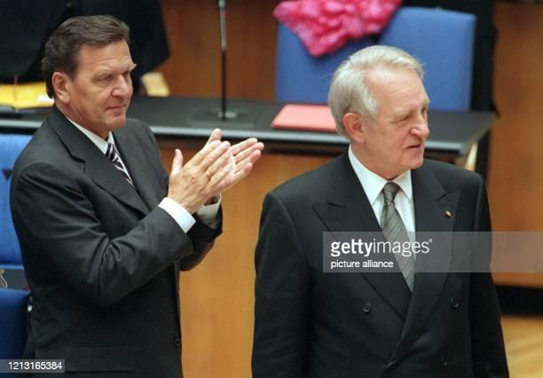 Bundeskanzler Gerhard Schröder applaudiert Bundespräsident Johannes Rau nach dessen Antrittsrede am 1.7.1999 im Bonner Bundestag. In seiner ersten...