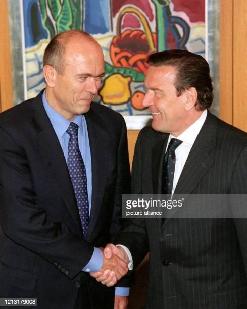 Bundeskanzler Gerhard Schröder begrüßt den slowenischen Ministerpräsidenten Janez Drnovsek am 31.5.1999 zu einem Gespräch im Bonner Kanzleramt....
