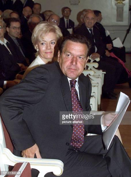 Bundeskanzler Gerhard Schröder nimmt am 392000 im Konzerthaus am Gendarmenmarkt in Berlin zusammen mit der Präsidentin des Bundes der Vertriebenen...