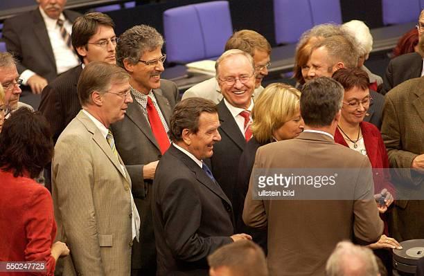 Bundeskanzler Gerhard Schröder schreitet mit anderen Bundestagsabgeordneten zur Abstimmung über die Verlängerung des Bundeswehreinsatzes in...