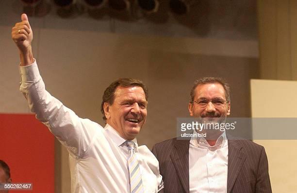 Bundeskanzler Gerhard Schröder und Brandenburgs Ministerpräsident Matthias Platzeck auf einer Wahlkampfveranstaltung der SPD in Potsdam