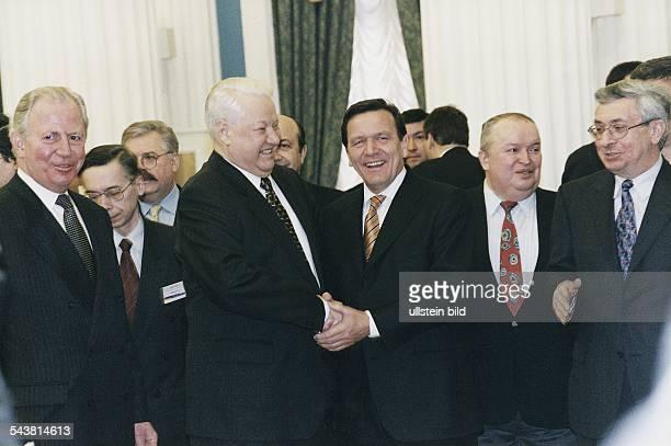 Bundeskanzler Gerhard Schröder und der russische Staatspräsident Boris Jelzin schütteln sich die Hände Links neben den Regierungschefs steht Jacques...