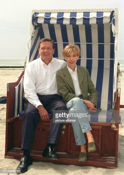 Bundeskanzler Gerhard Schröder und Ehefrau Doris Schröder-Köpf sitzen in einem Strandkorb auf der Nordseeinsel Borkum . Schröder hat wegen der...