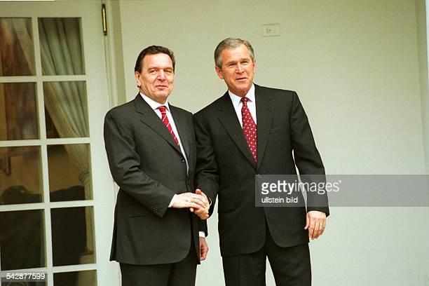 Bundeskanzler Gerhard Schröder und USPräsident George W Bush schütteln sich zur Begrüßung vor dem Weißen Haus in Washington DC die Hände Reise...