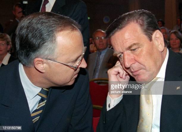 Bundeskanzler Gerhard Schröder unterhält sich am 3081999 in Frankfurt zu Beginn einer Feierstunde aus Anlass des Wechsels im Amt des...