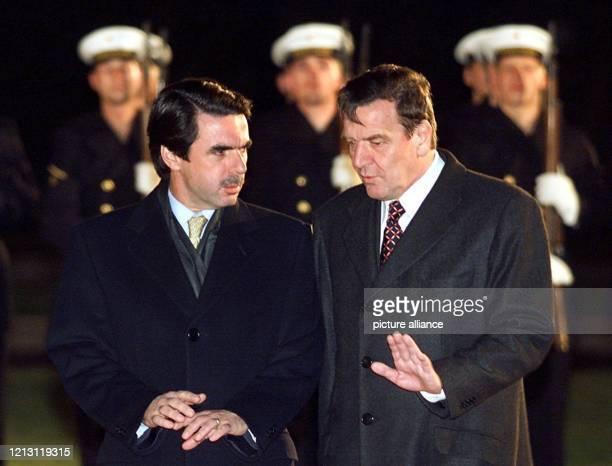 Bundeskanzler Gerhard Schröder unterhält sich am 3.12.1999 in Berlin mit dem spanischen Ministerpräsidenten Jose Maria Aznar , nachdem die beiden...