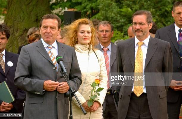 Bundeskanzler Gerhard Schröder zu Besuch auf Schloss Meseberg , dem Gästehaus der Bundesregierung im Bundesland Brandenburg , Ministerpräsident...