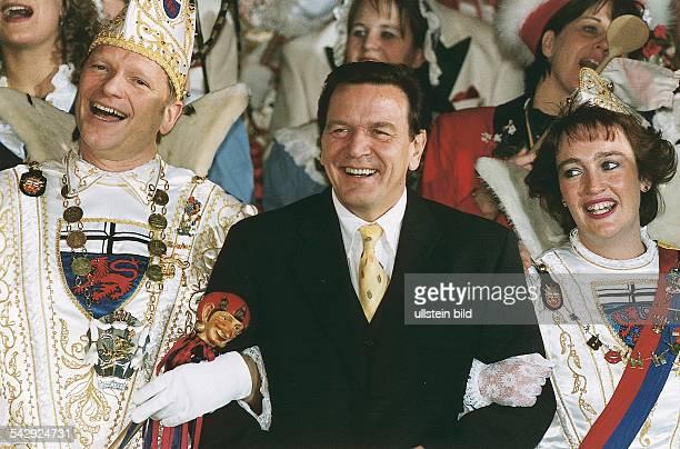 Bundeskanzler Gerhard Schröder zur Karnevalszeit beim Tollitätenempfang im Bundeskanzleramt in Bonn