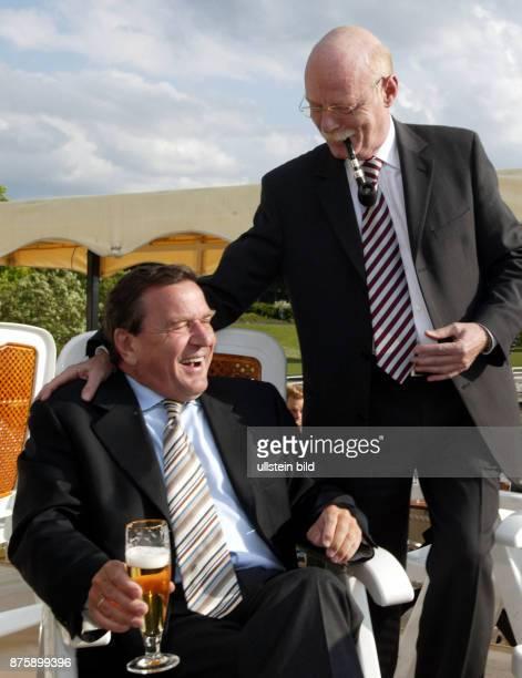 Bundeskanzler Gerhard Schroeder mit Bundesverteidigungsminister Peter Struck während der 42 Spargelfahrt des SPD Kreis 'Die Seeheimer' auf dem Wannsee