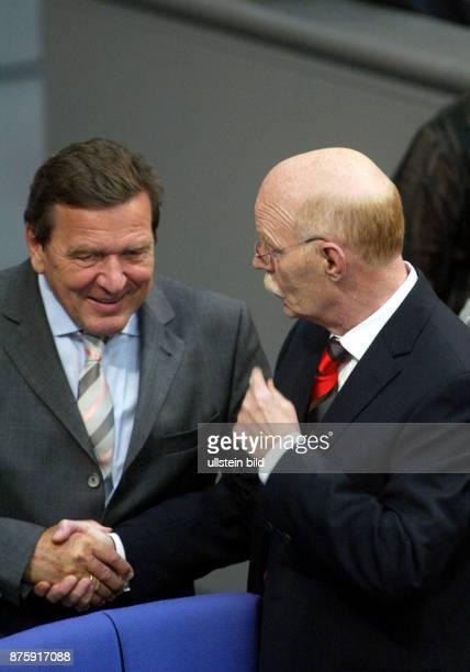 Bundeskanzler Gerhard Schroeder mit Bundesverteidigungsminister Peter Struck im Bundestag