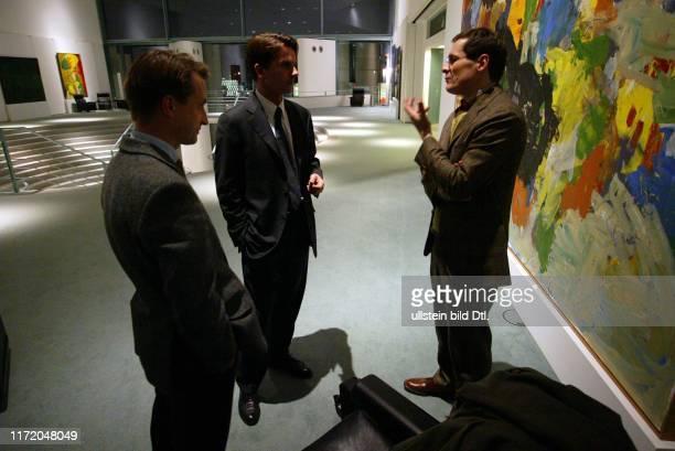 Bundeskanzler Gerhard Schroeder Schröder im seinem Bureau Buero Büro im Bundeskanzleramt beim Interview mit Roger Koeppel und Nikolaus Blome Die Welt