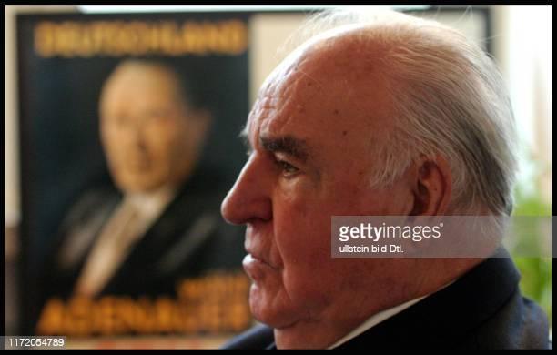 Bundeskanzler Helmut Kohl CDU beim Spaziergang mit Jochim Stoltenberg in seinem Büro da er nicht laufen konnte