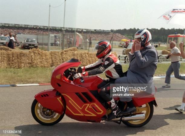 Bundeskanzler Helmut Kohl drehte als Sozius des Motorradrennfahrers Anton Mang zur Eröffnung des MotorradGrandPrix auf dem Hockenheimring eine...