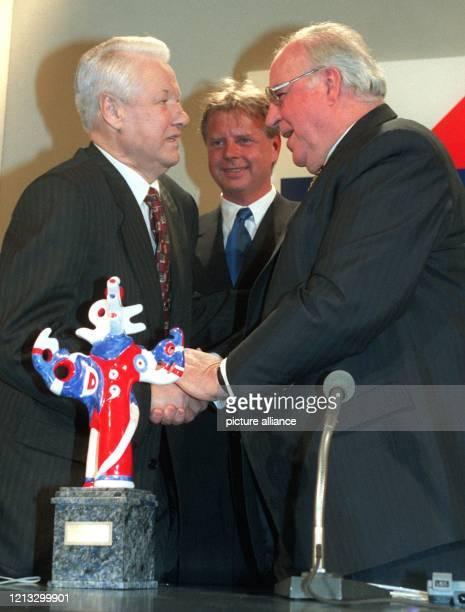 Bundeskanzler Helmut Kohl gratuliert am 17.4.1997 in Baden-Baden dem russischen Präsidenten Boris Jelzin zu dessen Auszeichnung mit dem Deutschen...