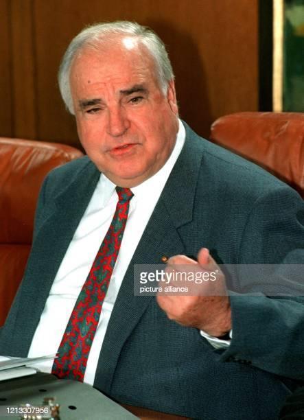 Bundeskanzler Helmut Kohl leitet die Kabinettsitzung am 25.9.1996 im Bonner Kanzleramt. Im Mittelpunkt der Beratungen stand unter anderem das...