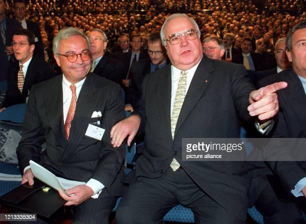 Bundeskanzler Helmut Kohl und der Vorstandssprecher der Deutschen Bank Rolf Breuer nehmen vor der Eröffnung des Mittelstandskongresses des Bankhauses...