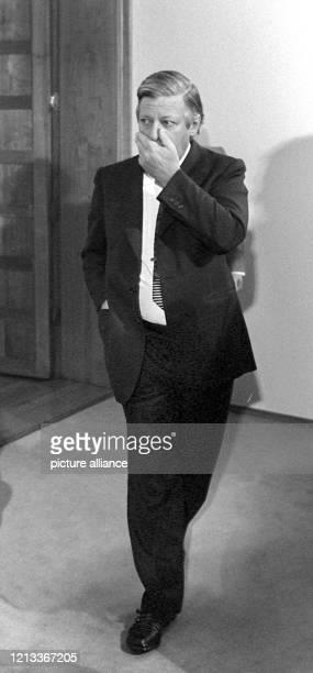 Bundeskanzler Helmut Schmidt gähnt, während er am in Bonn auf die Ankunft eines Gastes wartet .