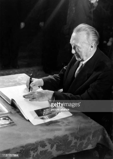 Bundeskanzler Konrad Adenauer der sich auf einem mehrtägigen Staatsbesuch in Österreich befindet stattete am dem Wiener Oberbürgermeister Franz Jonas...