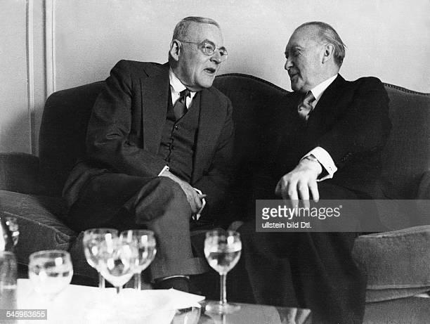 Bundeskanzler Konrad Adenauerempfängt John Foster Dulles in Bonn