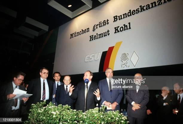 Bundeskanzler und CDU/CSU Spitzenkandidat Helmut Kohl auf einer Wahlveranstaltung der Münchener CSU am Am wurde bei den Wahlen zum Deutschen...
