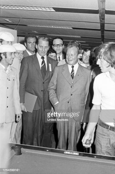 Bundeskanzler Willy Brandt besichtigt das Olympische Dorf zu den Spielen 1972, Deutschland 1970er Jahre.