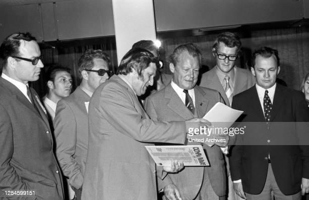 Bundeskanzler Willy Brandt und der Oberbürgermeister von München Hans Jochen Vogel besichtigen das Olympische Dorf zu den Spielen 1972 und bekommen...