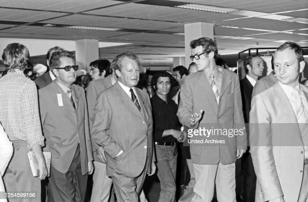Bundeskanzler Willy Brandt und der Oberbürgermeister von München Hans Jochen Vogel besichtigen das Olympische Dorf zu den Spielen 1972 Deutschland...