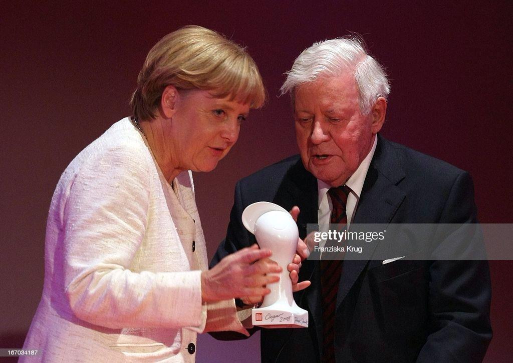 Bundeskanzlerin Angela Merkel (Cdu) ?berreicht Helmut Schmidt Seinen Preis Bei Der 'Bild Osgar' Verleihung Im Neuen Rathaus In Leipzig .