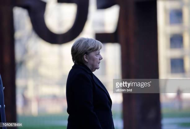Bundeskanzlerin Angela Merkel Deutschland Berlin Begrüßung des Ministerpräsidenten der Republik Libyen Fayiz asSarradsch durch die BK'in mit...