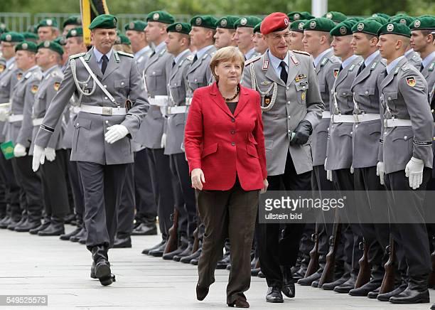 Bundeskanzlerin Angela Merkel mit Wachbataillon in Erwartung eines Staatsgastes
