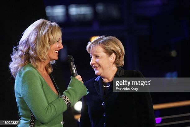 """Bundeskanzlerin Angela Merkel Und Bettina Tietjen Bei Der """"Nacht Der Stars - Ein Festabend Des Paralympischen Sports"""" In Der Mercedes Welt Am..."""