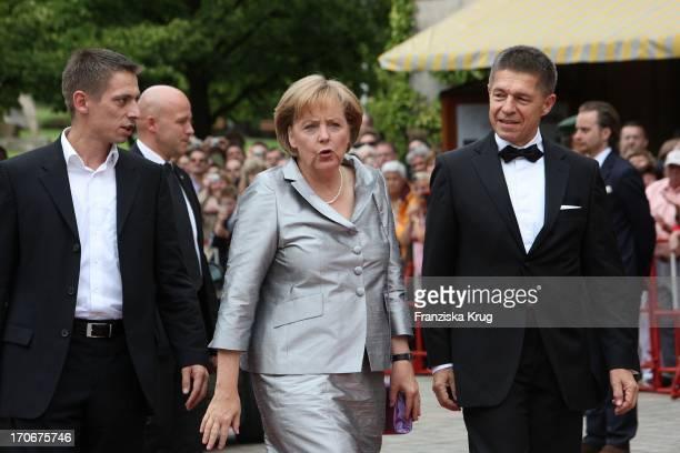 Bundeskanzlerin Angela Merkel Und Ehemann Joachim Sauer Mit Sohn Daniel Sauer Bei Der Ankunft Zur Eröffnung Der 98 Bayreuther Festspiele In Bayreuth...
