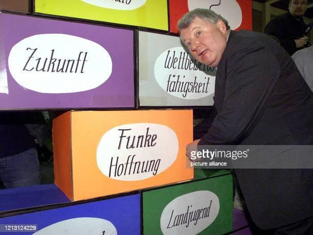 Bundeslandwirtschaftsminister KarlHeinz Funke steht am 1412000 bei der Eröffnung der 65 Internationalen Grünen Woche in Berlin neben einer bunten...