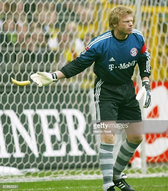 1 Bundesliga 02/03 Dortmund Borussia Dortmund FC Bayern Muenchen Torwart Oliver KAHN/Bayern wirft eine Banane aus dem Tor