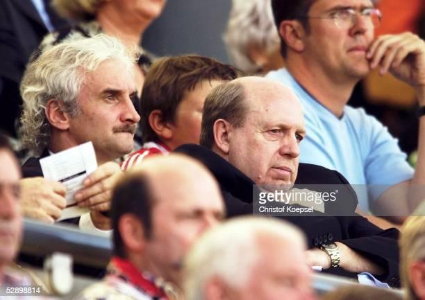 1 Bundesliga 02/03 Leverkusen Bayer 04 Leverkusen Arminia Bielefeld Rudi VOELLER und Manager Reiner CALMUND/Leverkusen auf der Tribuene