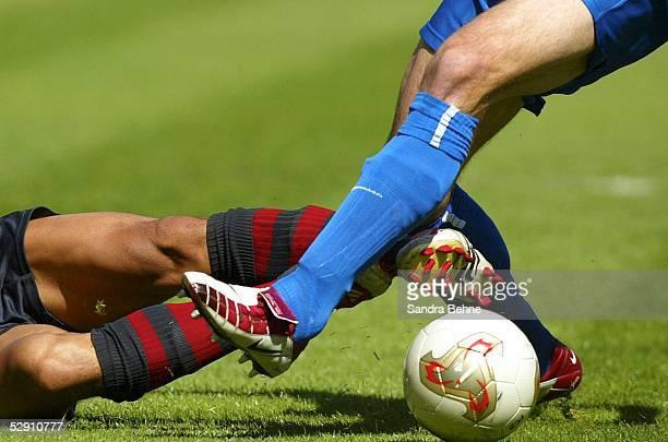 1 Bundesliga 02/03 Muenchen FC Bayern Muenchen 1 FC Kaiserslautern 10 Ball und Beine