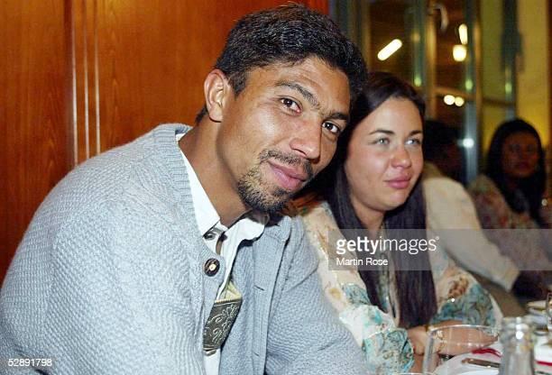 1 Bundesliga 02/03 Muenchen FC Bayern Muenchen Deutscher Meister 2003 Meisterfeier im LokalPaulaner am Nockherberg Giovane ELBER mit Ehefrau Cynthia