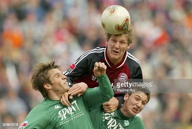 1 Bundesliga 02/03 Muenchen FC Bayern Muenchen SV Werder Bremen vli Mike BARTEN/Bremen Bastian SCHWEINSTEIGER/Bayern Christian SCHULZ/Bremen