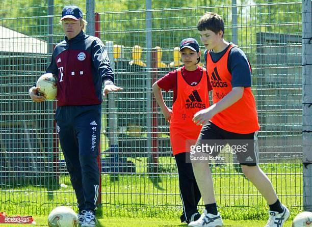 1 Bundesliga 02/03 Muenchen FC Bayern Muenchen Torwart Oliver KAHN macht Training mit Kindern einer Klasse der EdertalSchule aus Frankenberg