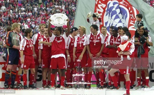 1 Bundesliga 02/03 Muenchen FC Bayern Muenchen VfB Stuttgart 21 FC Bayern Muenchen Meister 2003 Team Bayern mit Meisterschale