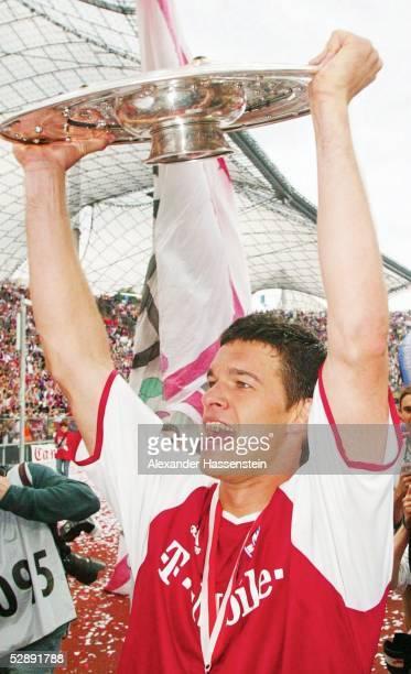 1 Bundesliga 02/03 Muenchen FC Bayern Muenchen VfB Stuttgart 21 FC Bayern Muenchen Deutscher Meister 2003 Michael BALLACK/Bayern mit der Meisterschale