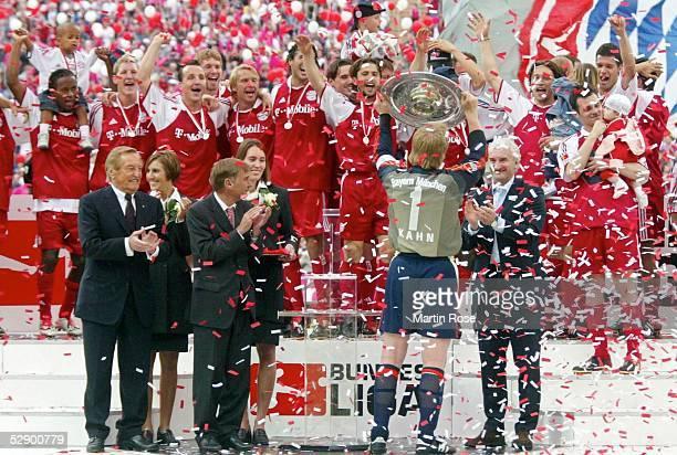 1 Bundesliga 02/03 Muenchen FC Bayern Muenchen VfB Stuttgart 21 FC Bayern Muenchen Deutscher Meister 2003 Bayern Torwart und Kapitaen Oliver KAHN mit...